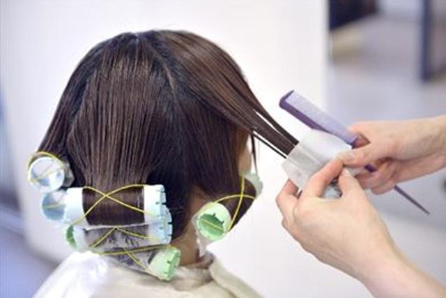 髪に優しいヘアカラーをするなら美容院へ!